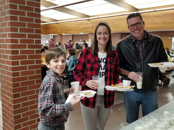4th grade students enjoying a hearty breakfast with family